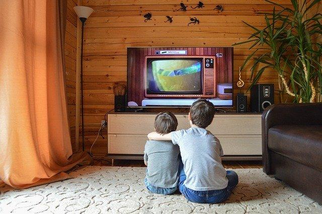 bambini davanti la tv