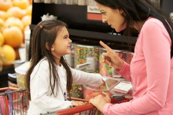 Mamma che rimprovera - perché abbandonare sgridate e punizioni