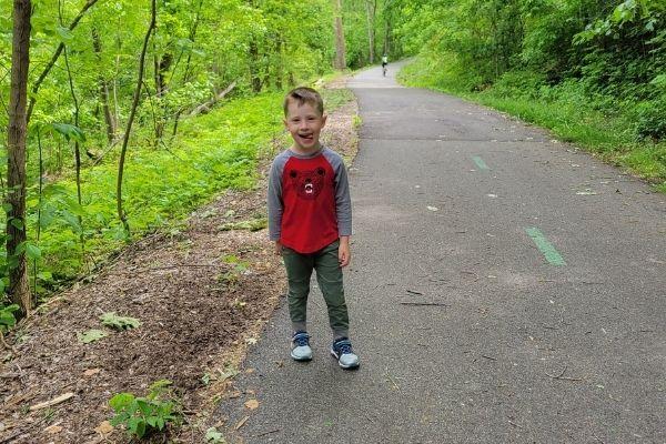 Convincere un bambino a obbedire - passeggiata nei boschi