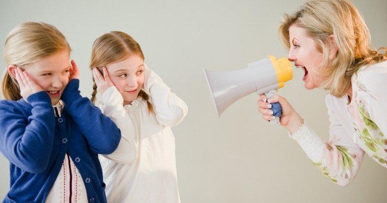 Urlare ai bambini non è colpa dei genitori